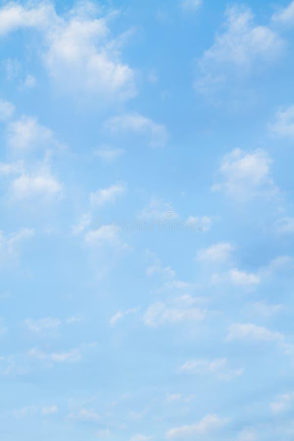 Blauer Himmel-und Wolken-Hintergrund lizenzfreie stockfotografie