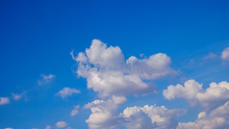 Blauer Himmel und Wolken, welche die Schönheit der Natur schwimmen stockfotos