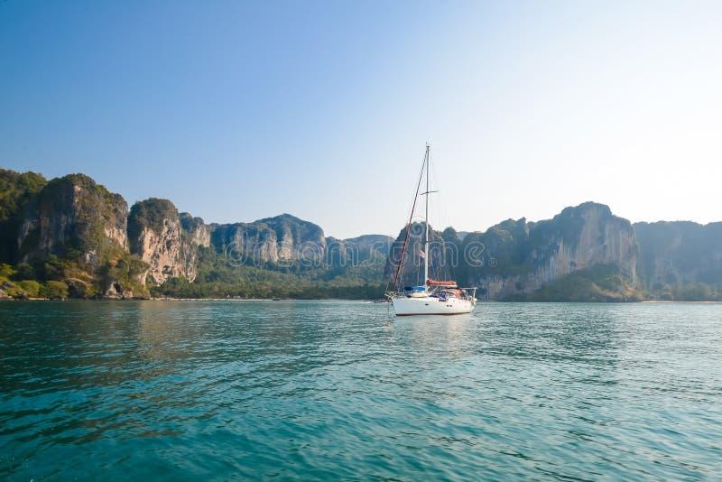 Blauer Himmel und Yacht des klaren Wassers Strand in Krabi-Provinz, Thailan stockfoto