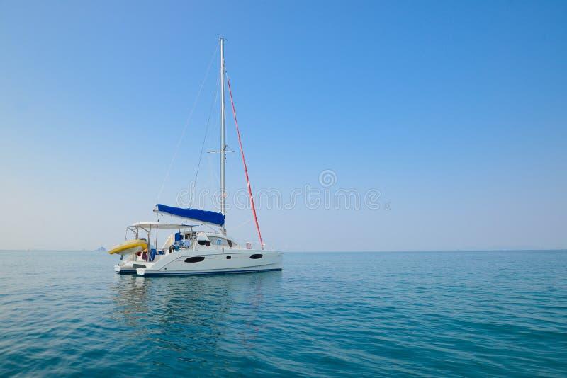 Blauer Himmel und Yacht des klaren Wassers Strand in Krabi-Provinz, Thailan lizenzfreies stockfoto