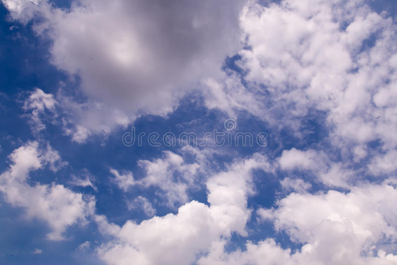 Blauer Himmel-Weiß-Wolken lizenzfreies stockbild