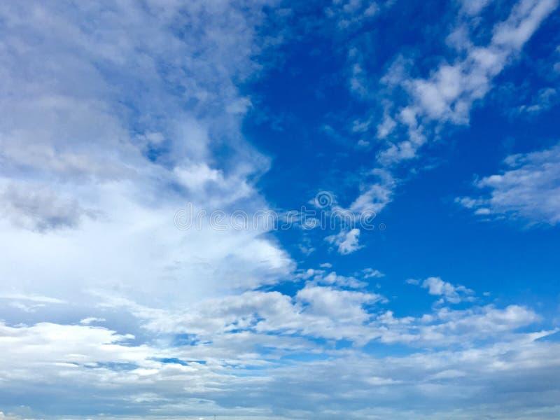 Blauer Himmel-Weiß-Wolken lizenzfreies stockfoto