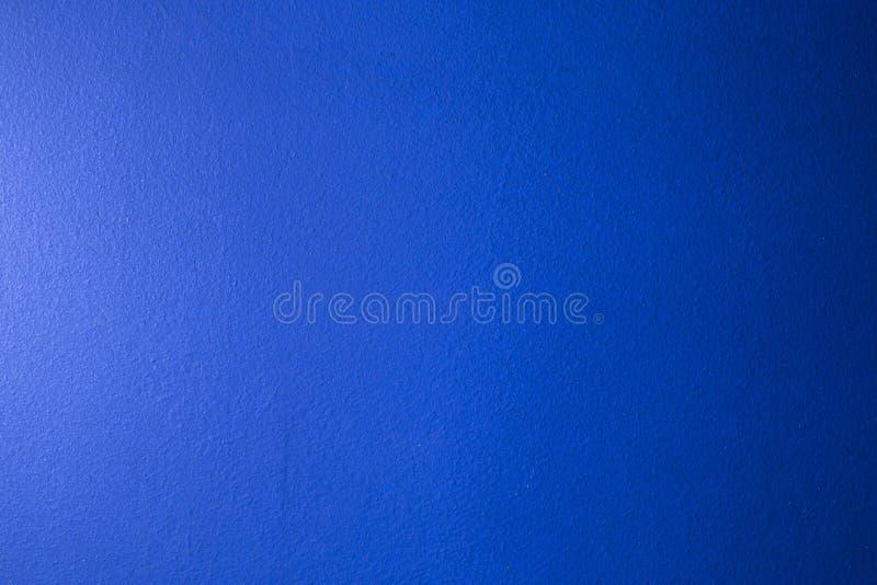 Blauer Hintergrund mit Tintenbeschaffenheit auf Metall Blau abstrakt gefärbt lizenzfreie stockfotografie