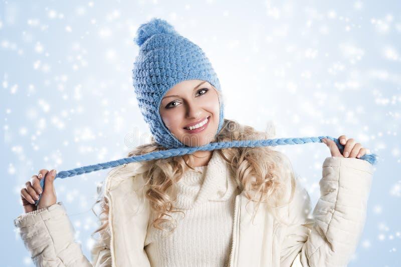 Blauer Hut auf einem blonden Mädchen, Knotenpunkt mit stockbild