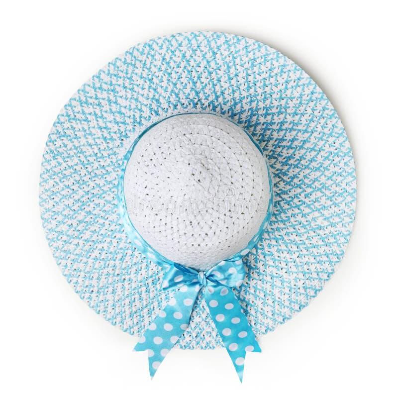 Blauer Hut des runden Strohs des Draufsichtsommerstrandes mit dem azurblauen beschmutzten Bogenband lokalisiert im weißen Hinterg stockfotografie