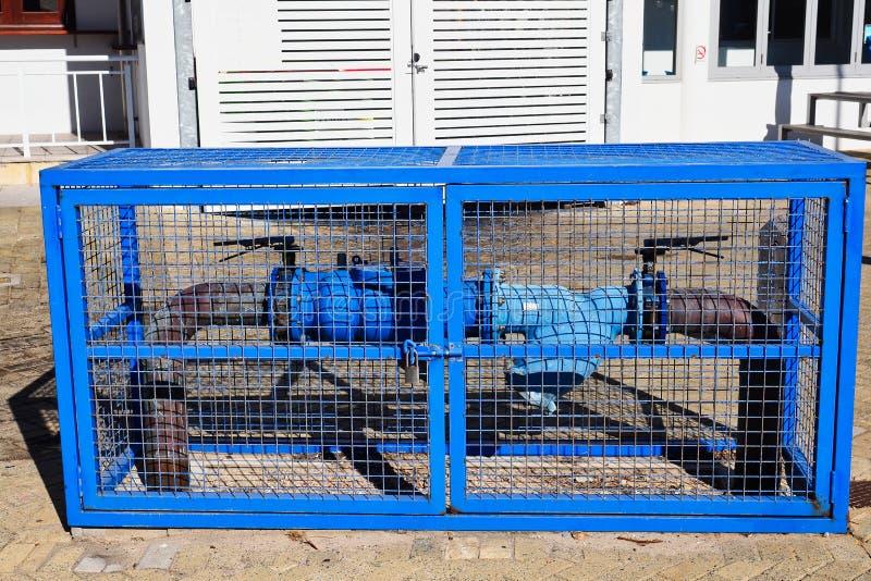 Blauer Hydrant im blauen Stahlkäfig stockfotografie