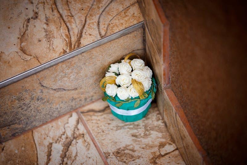 Blauer Kasten mit Blumen lizenzfreies stockbild