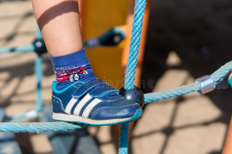 Blauer Kinderschuh lizenzfreie stockfotos