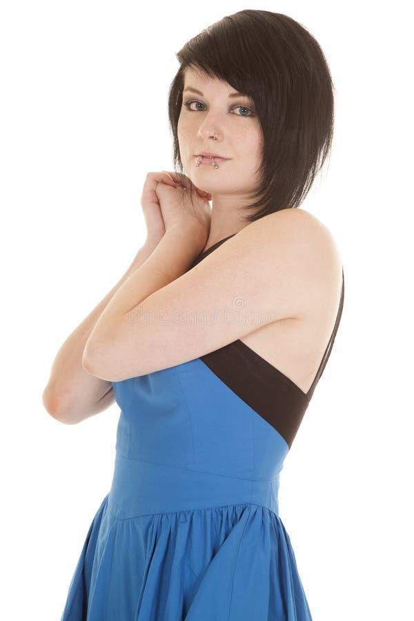 Blauer Kleidergesichtsdurchdringen-Seitenblick stockbild