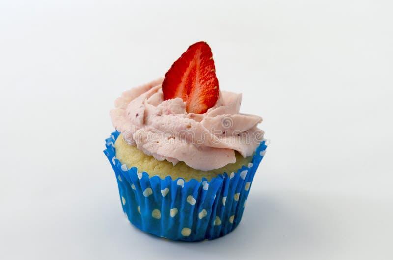 Blauer kleiner Kuchen lokalisiert auf weißem Hintergrund mit Erdbeere lizenzfreie stockfotos