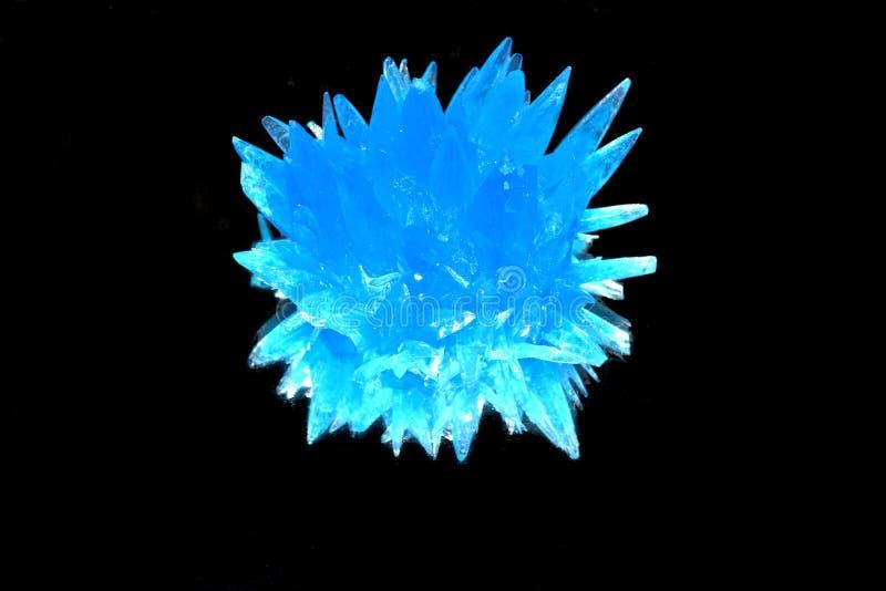 Blauer Kristall auf schwarzem Hintergrund stockbilder