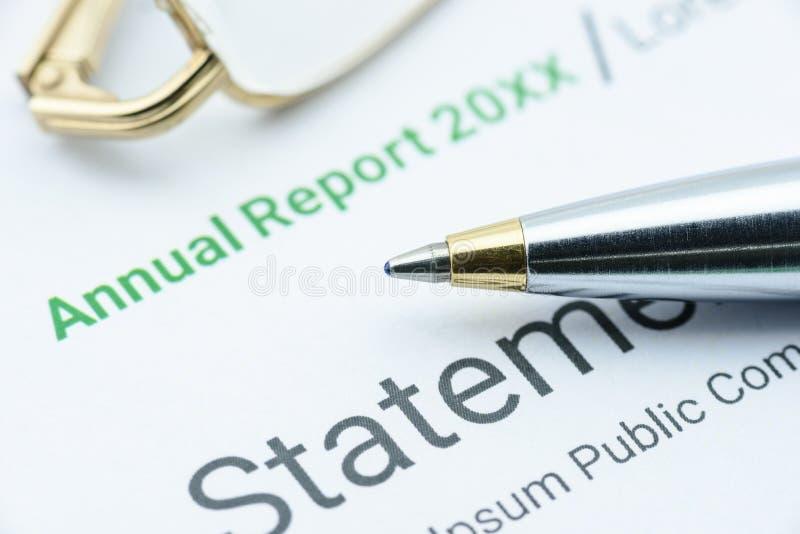 Blauer Kugelschreiber auf dem Jahresbericht einer Vereinigung stockbild