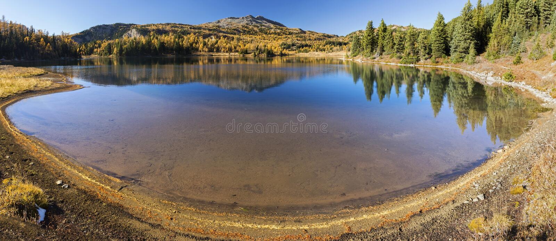 Blauer Larix See-Autumn Panoramic Landscape Sunshine Meadows-Kanadier Rocky Mountains stockbild