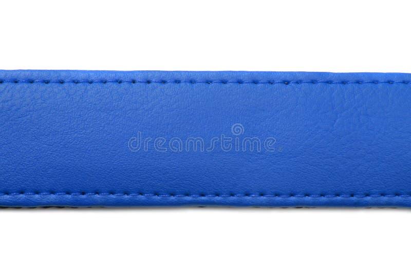 Blauer Ledergürtel auf weißem Hintergrund lizenzfreie stockfotos
