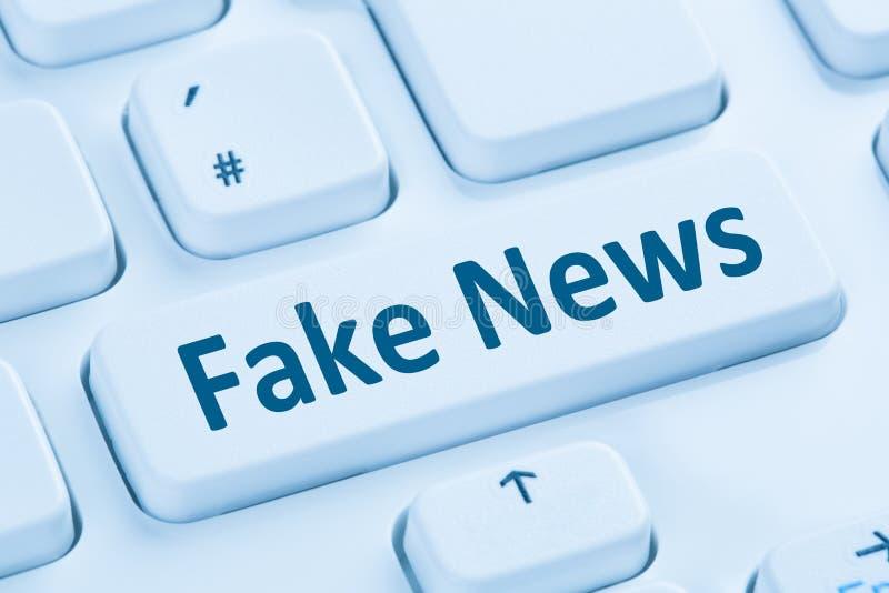 Blauer on-line-Computer k des gefälschten Nachrichtenwahrheitslügenmedieninternet-Knopfes stockfotografie