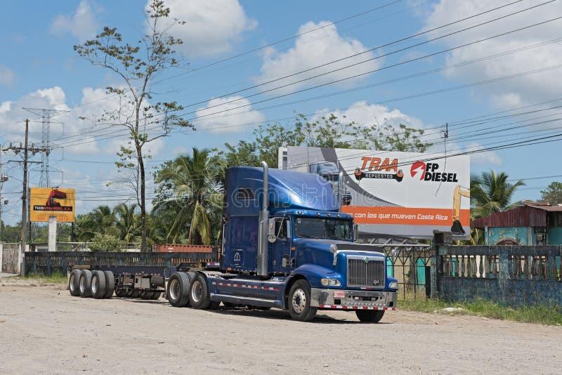 Blauer LKW auf Landstraße 32 bei Puerto Limon, Costa Rica stockfotografie