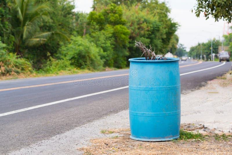 Blauer Mülleimer oder trashcan lizenzfreies stockfoto