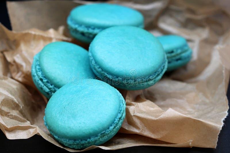 Blauer Macarons-Abschluss oben auf gebackenem Papier lizenzfreie stockfotografie
