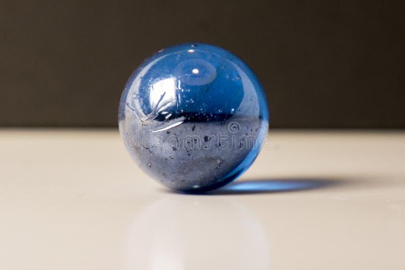 Blauer Marmor auf einer weißen Oberfläche lizenzfreies stockbild
