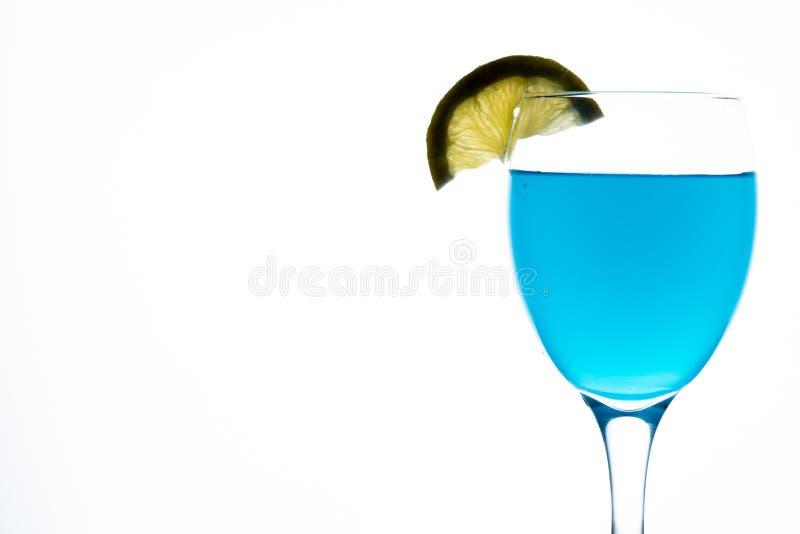Blauer Martini im Glas stockbild