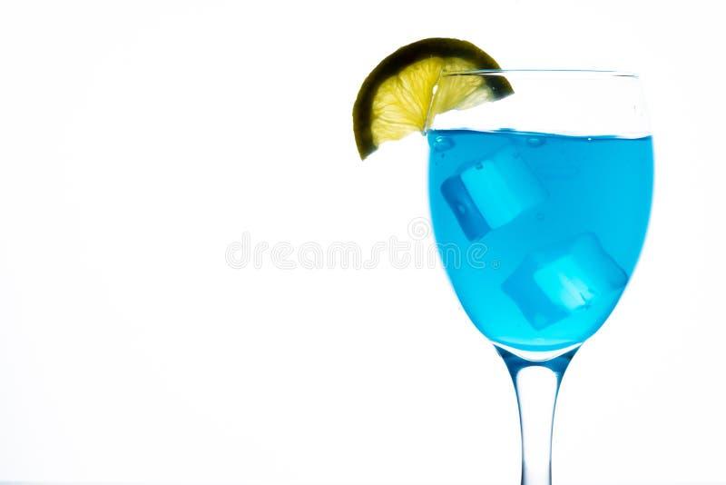Blauer Martini im Glas lizenzfreies stockfoto