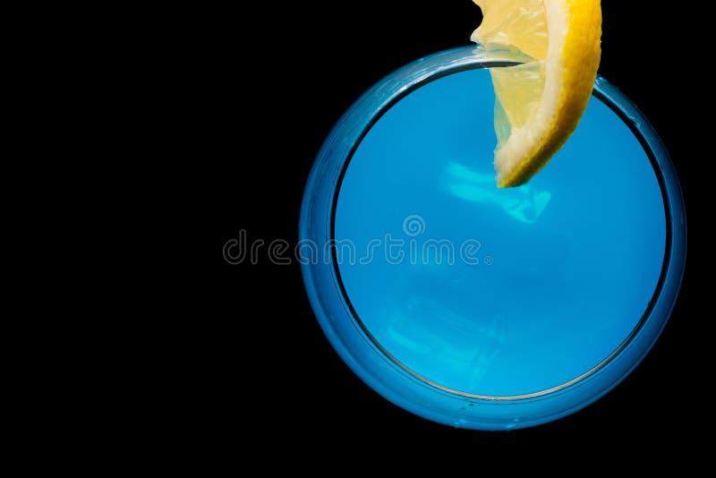 Blauer Martini im Glas stockfotografie