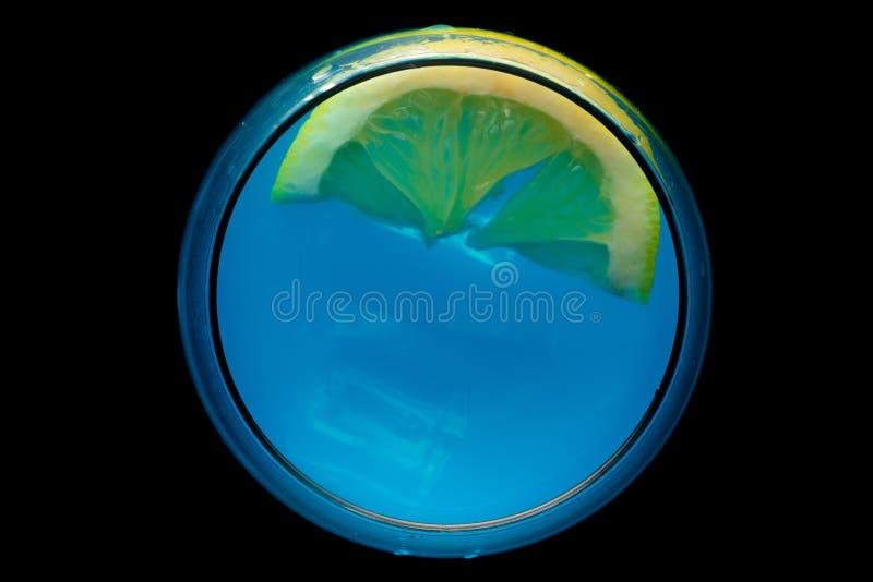 Blauer Martini im Glas lizenzfreie stockbilder