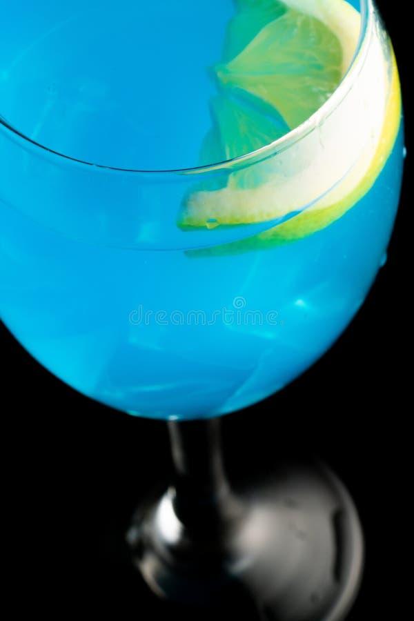 Blauer Martini im Glas stockfotos