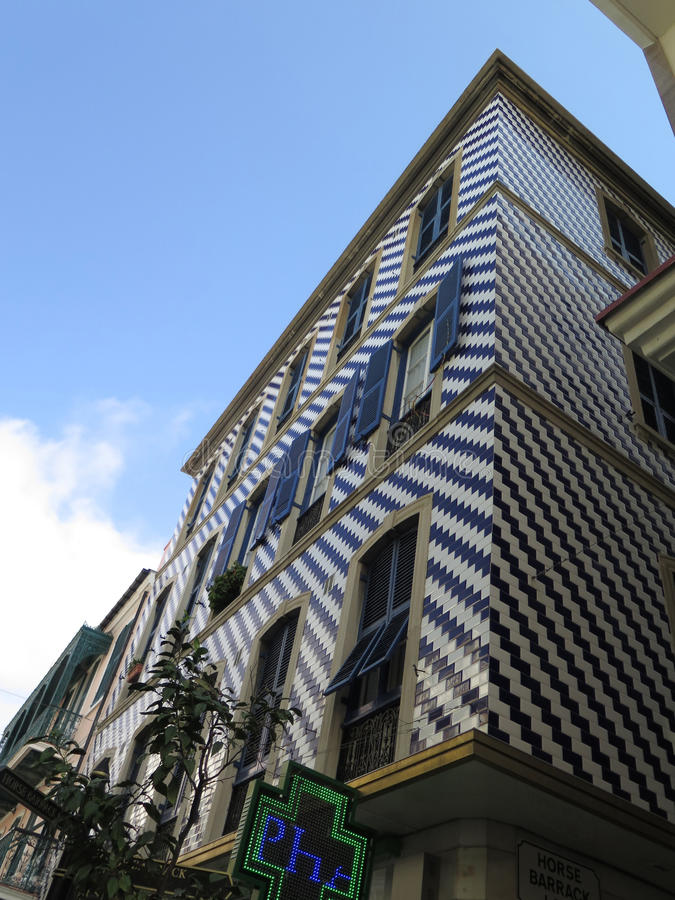Blauer mit Ziegeln gedeckter Wohnblock lizenzfreie stockfotos