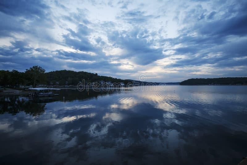 Blauer Morgen über See des Ozarks stockbilder