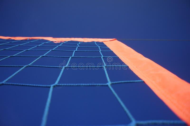 Blauer Nettohimmel trägt Strandsonnenvolleyballfußballtennis-Handballziel zur Schau lizenzfreie stockbilder