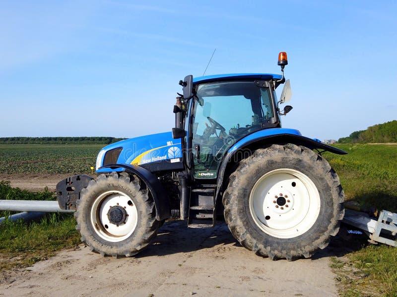 Blauer neuer Holland-Traktor lizenzfreie stockfotografie