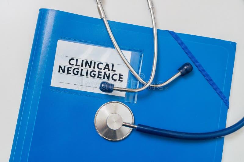 Blauer Ordner mit klinischer Nachlässigkeit Medizinisches Ausfallkonzept stockfotos