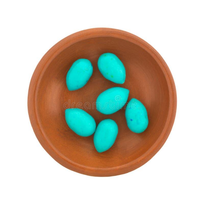 Blauer Osterei-Kaugummi in einem kleinen Teller lizenzfreies stockbild