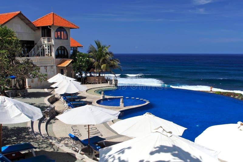 Blauer Ozean mit Swimmingpool des Luxushotels stockfoto