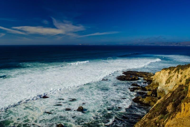 Blauer Ozean und Felsen stockfotos