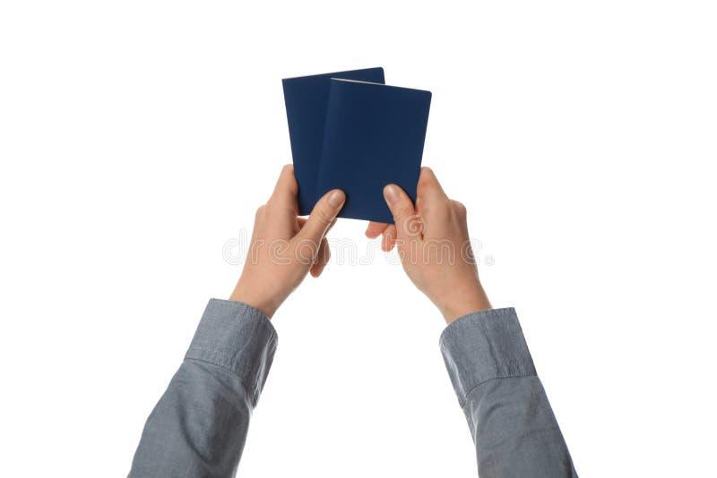 Blauer Pass in der Hand lokalisiert auf wei?em Hintergrund Zollkontrolle und Reise lizenzfreie stockbilder