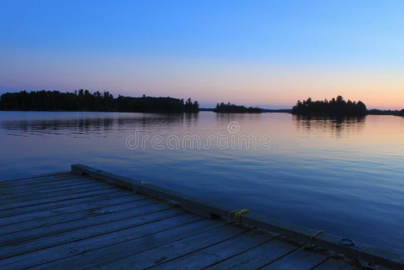 Blauer Pfirsich Sonnenuntergang, See des Holzes, Kenora, Ontario lizenzfreie stockbilder