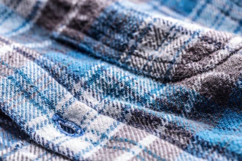 Blauer Plaidknopf herauf Arthemd stockbilder