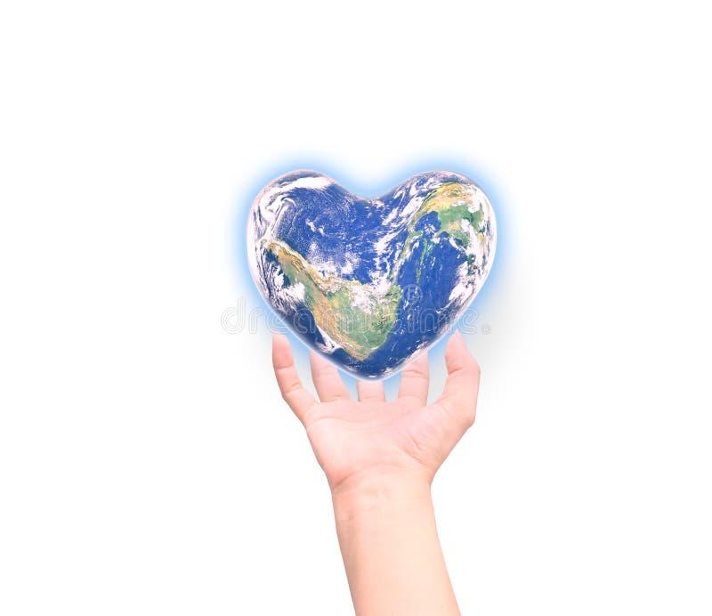 Blauer Planet in der Herzform über den menschlichen Händen der Frau lokalisiert stockfoto