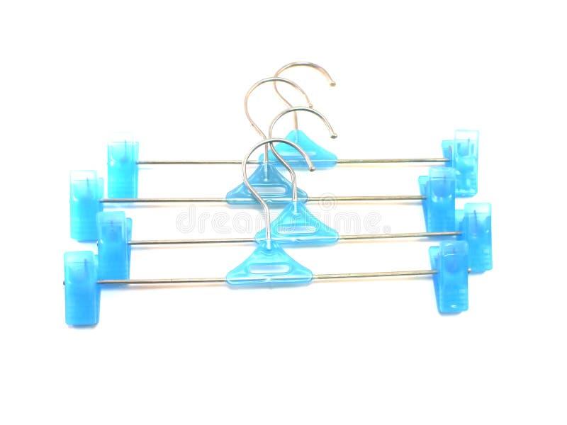Blauer Plastikkleiderbügel auf einem weißen Hintergrund lizenzfreie stockfotos