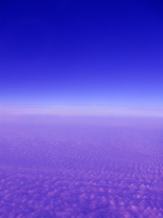 Blauer Platzhimmel mit violetten Wolken, stock abbildung