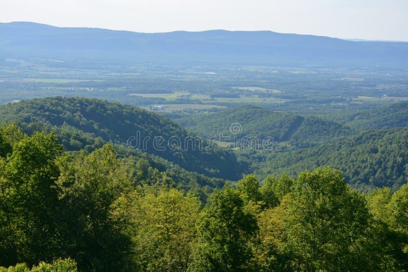 Blauer Ridge Mountains im Sommer lizenzfreie stockfotografie