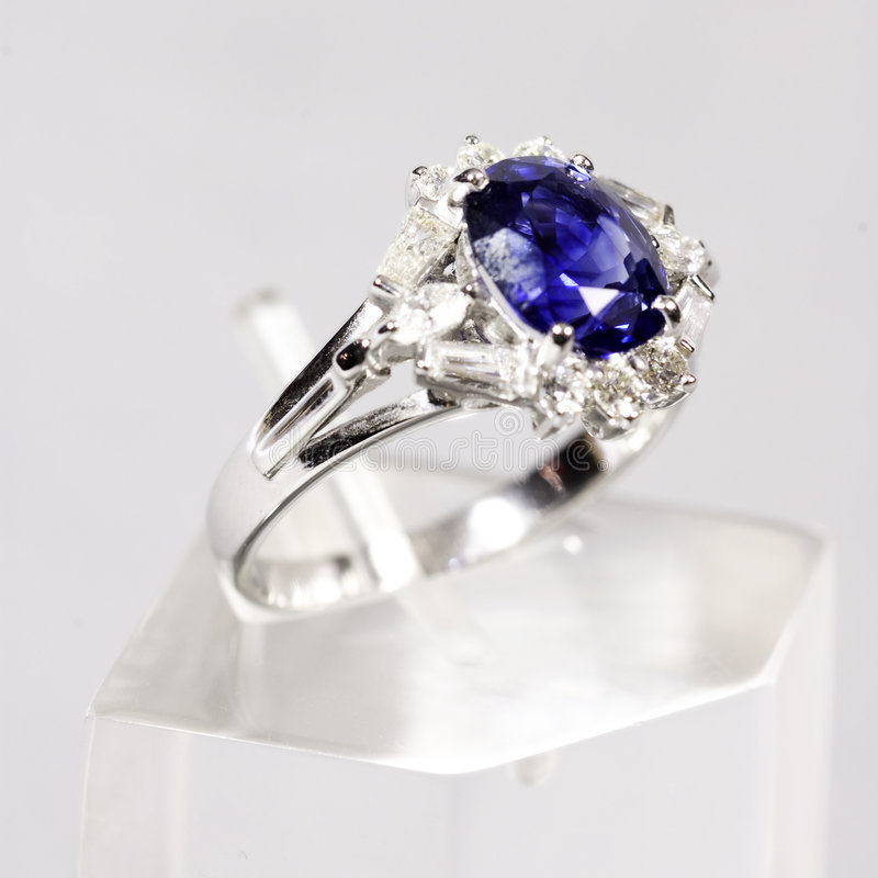 Blauer Ring des Saphirs weißes Gold stockfoto