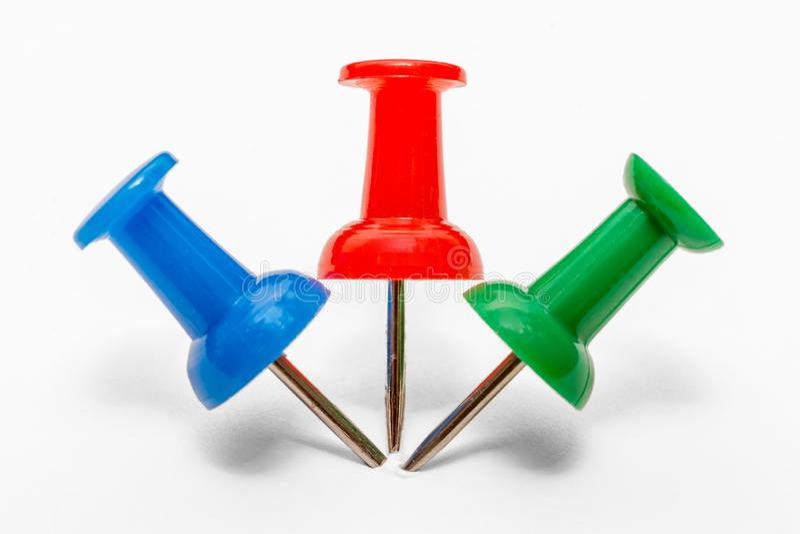 Blauer, roter und grüner Stift werden nebeneinander im Papier gehaftet stockbild