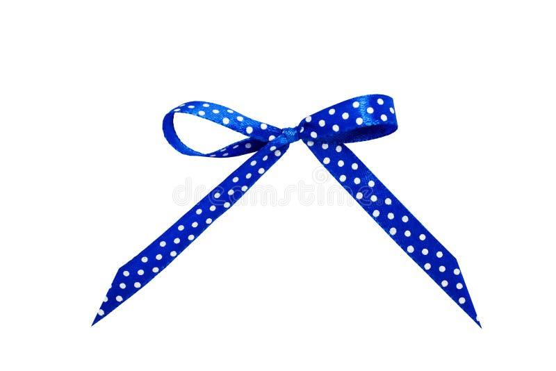 Blauer Satinbogen mit Tupfen Band lokalisierter weißer Hintergrund stockfotos