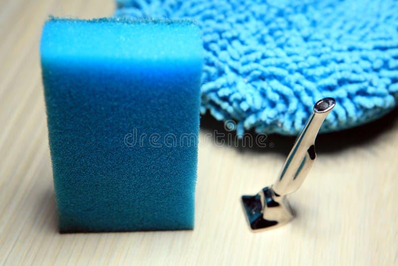Blauer sauberer kleiner Staubsauger des Eisenschwamms niemand lizenzfreie stockbilder