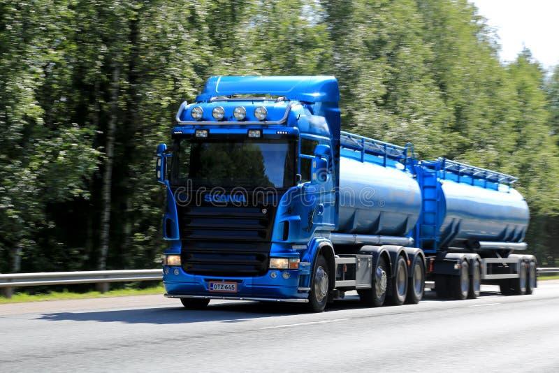 Blauer Scania-Tanklastzug in der hohen Geschwindigkeit stockfoto