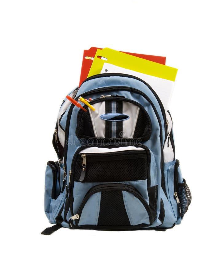 Blauer Schule-Rucksack voll Schulezubehör stockfotos