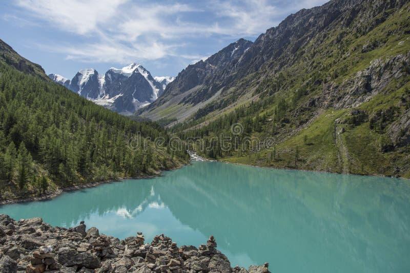 Blauer See in den Bergen mit einem Gletscher lizenzfreie stockfotos